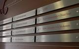 Größere Namensschilder aus Stahl